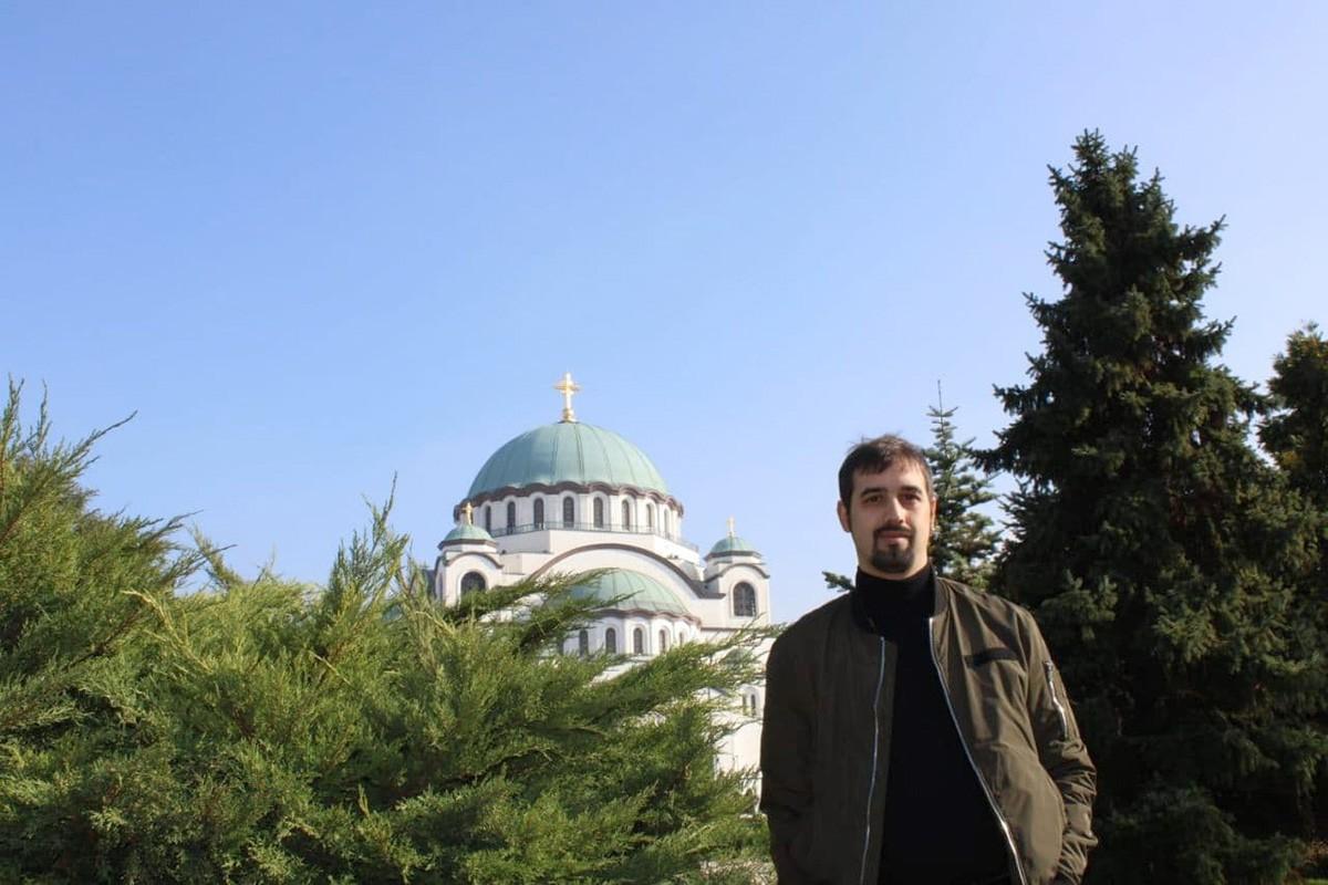 Jordi Cumplido Mora davant la catedral de Sant Sava, a Belgrad, des d'on treballa com a periodista.